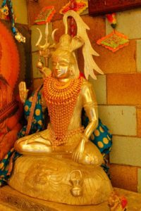 ہنگلاج ماتا کے مندر میں مہادیو کی مورتی۔