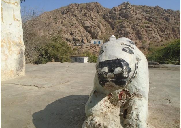 مندر کے صحن میں بنی گائے کی شبیہ