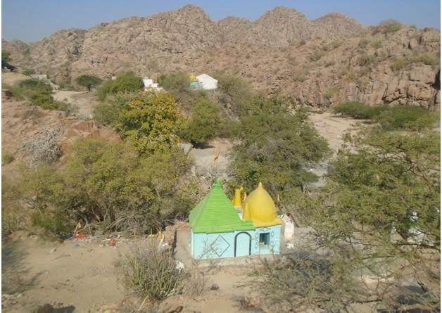 پہاڑیوں اور درختوں سے گھرا مندر