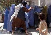 نواز شریف کی خفیہ دیسی لبرل پولیس برقعے والی خواتین کو مارتے ہوئے