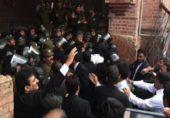 لاہور ہائیکورٹ پر وکلا نے دھاوا بول دیا، دروازہ توڑ ڈالا گیا