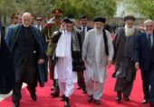 سابق مجاہد رہنما گلبدین حکمت یار پر نمازی نے جوتا کھینچ مارا