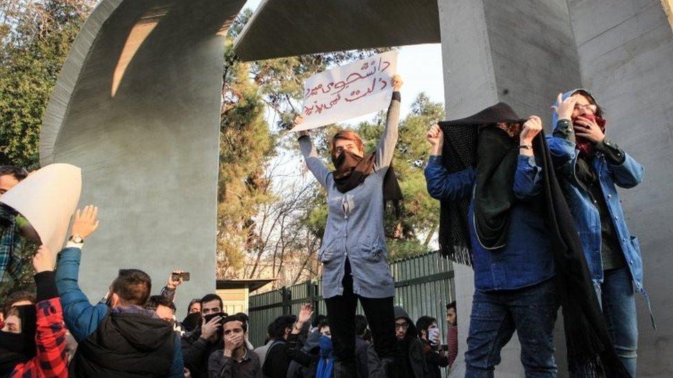 'ایران مظاہروں میں 90 طلبہ سمیت 1000 افراد حراست میں'