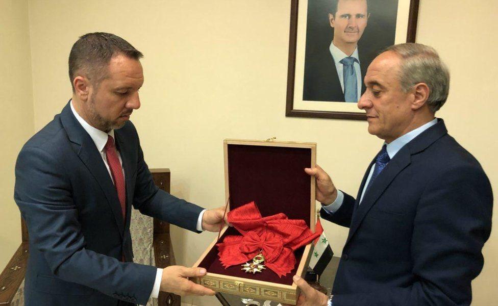 یہ ایوارڈ دمشق میں قائم رومانیہ کے سفارتخارنے سے توسط سے فرانس کو واپس کیا گیا ہے