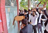 فیصل آباد کے وکلا قانون کا عملی مظاہرہ کرتے ہوئے