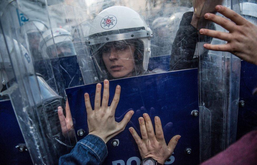 خواتین کے خلاد تشدد کے خاتمے کے عالمی دن کے موقع پر انسانی حقوق کی کارکن مظاہرے کے لیے استنبول میں تقسیم سکویر جانے کی کوشش کر رہی ہیں لیکن پولیں انھیں روک رہے ہے۔