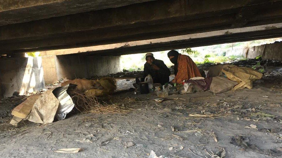 عائشہ بی بی نامی منشیات کی عادی یہ خاتون گذشتہ 18 سالوں سے پل کے نیچے زندگی گزار رہی تھیں