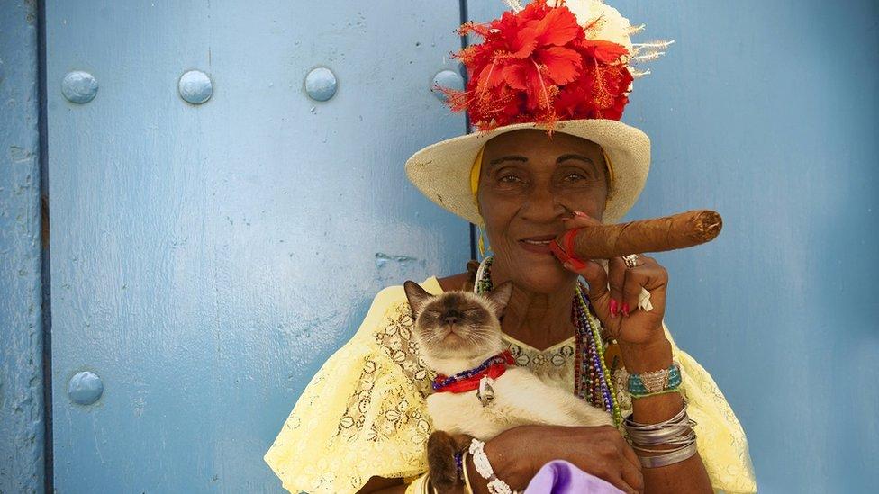 ایک خاتون کیوبا میں سگار پیتے ہوئے