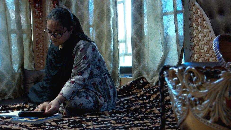 انڈیا نوجوان طالبہ