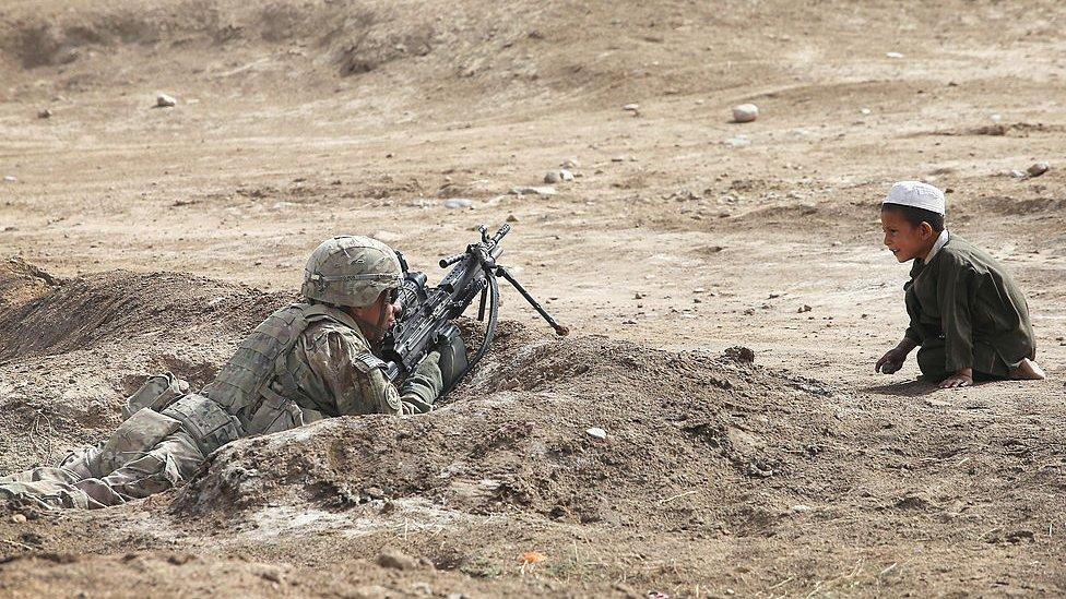 2014 - ایک افغان بچہ قندھار میں امریکی فوجی کو غور سے دیکھتے ہوئے