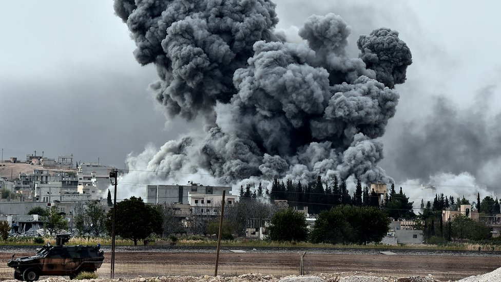 12 اکتوبر، 2014 شام کے سرحدی قصبے کوبانی میں دولتِ اسلامیہ کے ٹھکانوں پر فضائی حملے کے مناظر