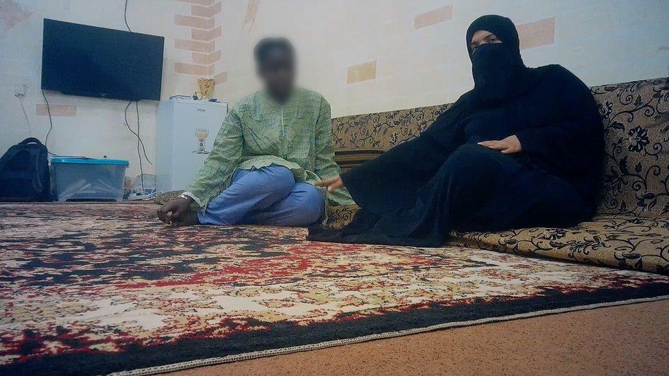 16 سالہ فاتو جن کا تعلق گنی سے ہے اپنے سپانسر کے ساتھ کویت سٹی میں بیٹھی ہیں