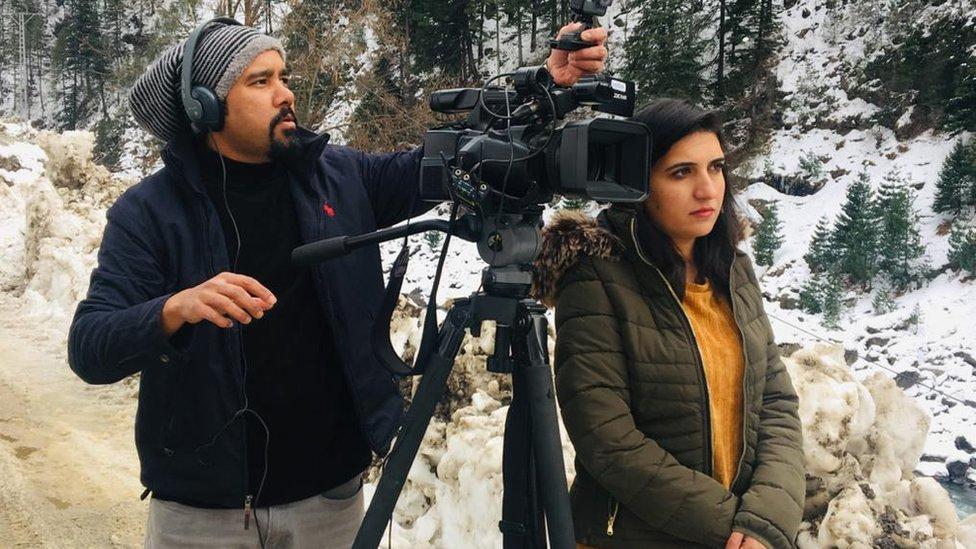 نامہ نگار فرحت جاوید اور کیمرہ مین نعمان خان