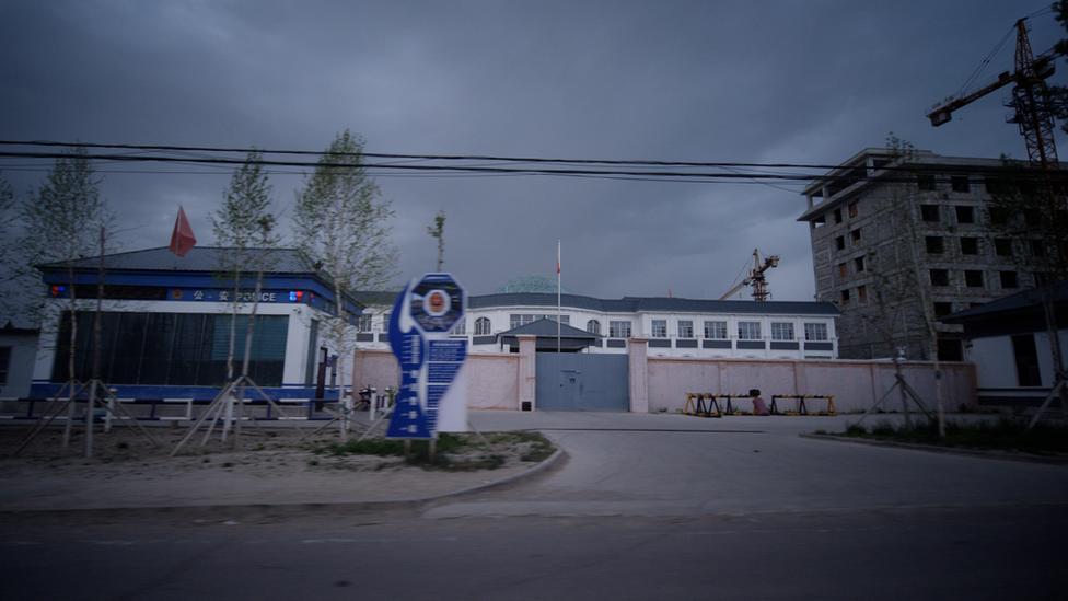 سنکیانگ میں واقع ایک حراستی کیمپ کا بیرونی منظر (یہ کیمپ کراکیکس فہرست میں شامل نہیں)