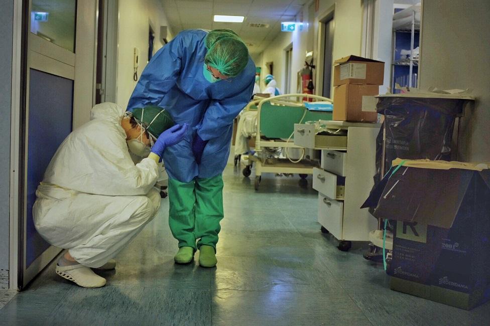 ہسپتال کا عملہ ایک دوسرے کو دلاسہ دے رہا ہے