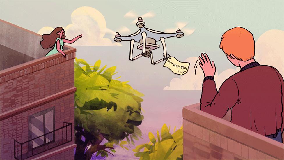 عمارت کی چھت پر ایک شخص ڈرون اڑا کر اپنی پڑوسن سے رابطہ کرتے ہوئے