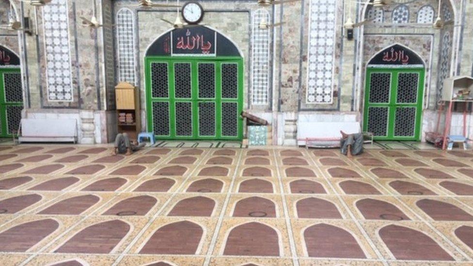 یہ مسجد پشاور کے مرکز میں قصہ خوانی بازار سے مسگراں بازار میں قائم ہے ۔
