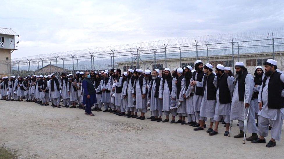 افغانستان کے صدر اشرف غنی نے طالبان کی جانب سے عید کے موقعے پر جنگ بندی کے اعلان کے بعد 2000 طالبان قیدیوں کی رہائی کا اعلان کیا تھا