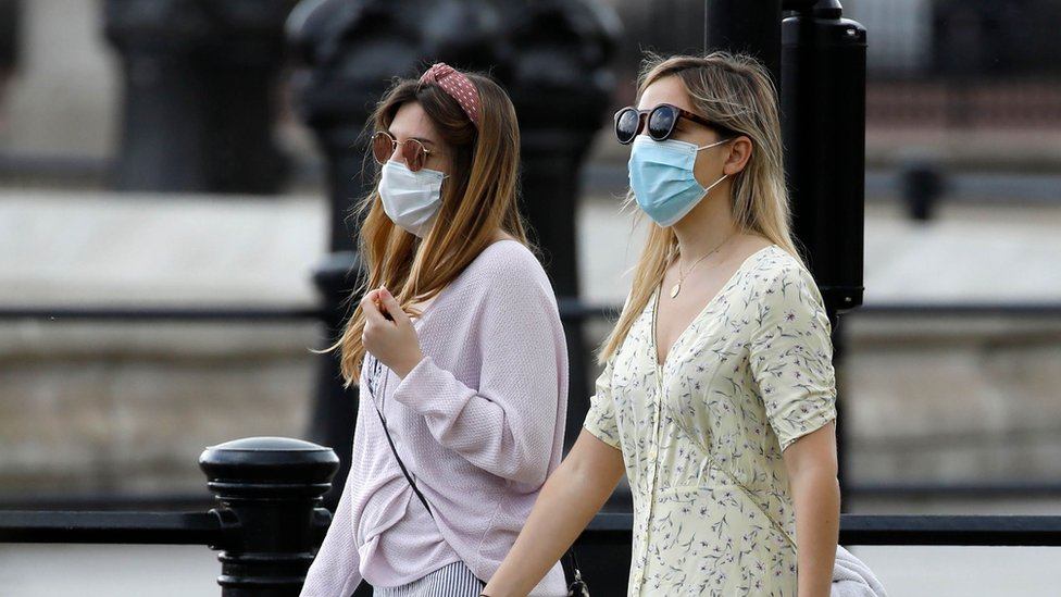 ماسک پہنے دو خواتین