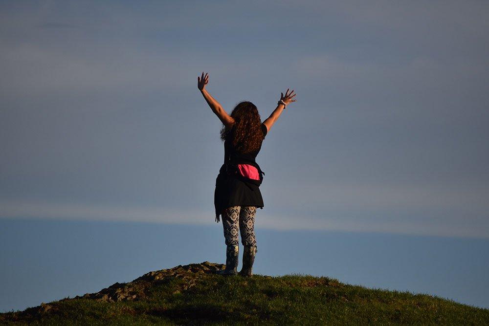 ایک خاتون پہاڑی کے اوپر