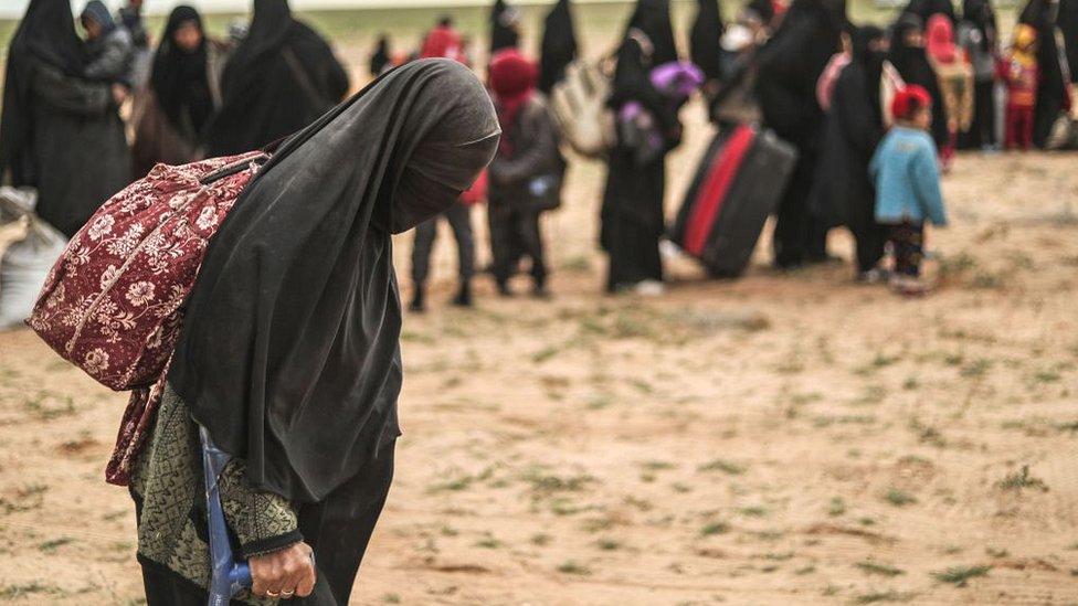 دولت اسلامیہ کے جنگجوؤں کے خاندان کیمپوں میں