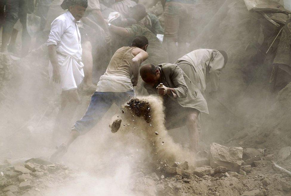 یمن میں سعودی بمباری کے بعد تلاش