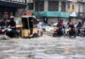 بارش سے کراچی کا نظام درہم برہم: سوشل میڈیا پر ردعمل، 'آدھا شہر پانی میں، آدھا اندھیرے میں'