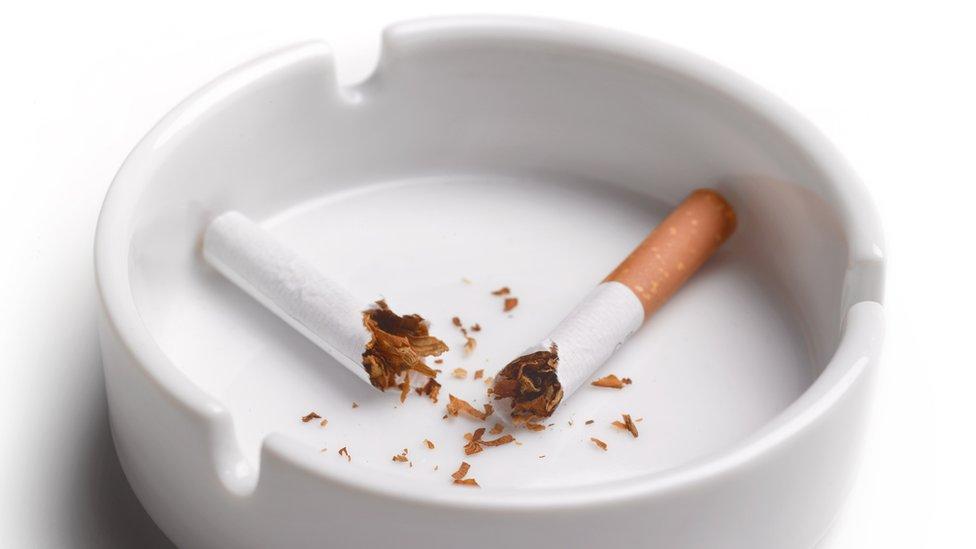 ایش ٹرے میں سگریٹ