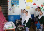 استانی کو اسکول میں اپنا ننھا بچہ لانے پر معطل اور دباؤ پر بحال کر دیا گیا