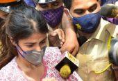شوبز ڈائری: ریا چکرورتی کی والدہ کی دہائی اور بالی ووڈ اداکاروں کی اینکرز پر تنقید