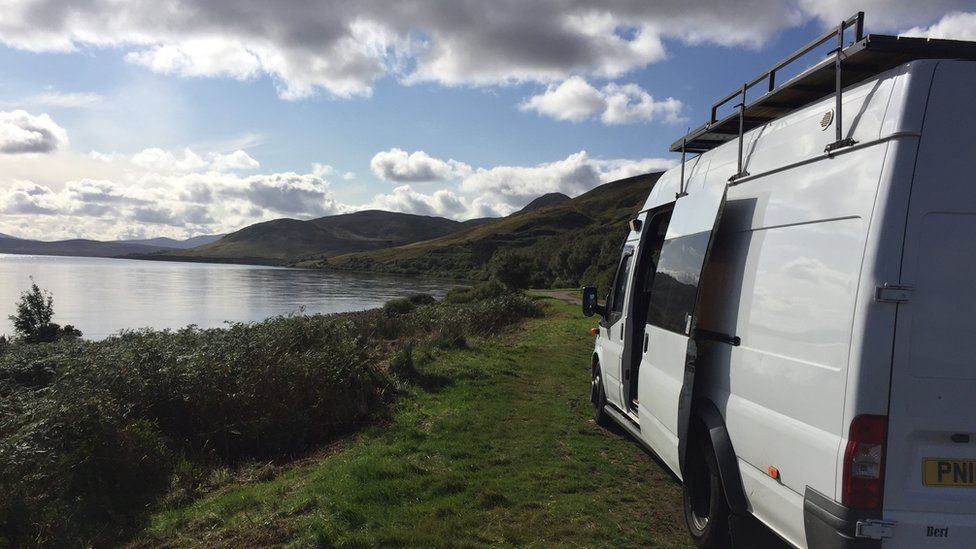 بارنی گذشتہ ماہ چھٹی لے کر سکاٹ لینڈ اور آئرلینڈ کا سفر کرنے میں کامیاب رہے