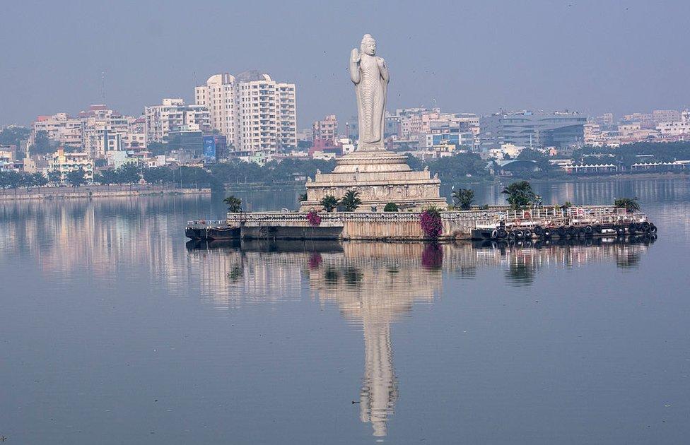 حسین ساگر جھیل حیدرآباد شہر کے وسط میں مصنوئی طور پر بنائی گئی ایک بڑی جھیل ہے