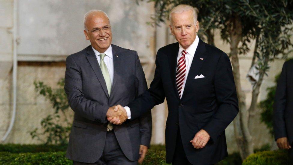 Saeb Erekat, left, with Joe Biden, right