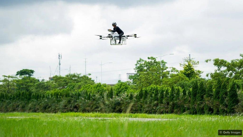 ذاہو ڈیلی 2019 میں چین میں اس اڑنے والی موٹر بائیک پر سفر کر رہے ہیں جو انھوں نے خود ہی بنائی ہے