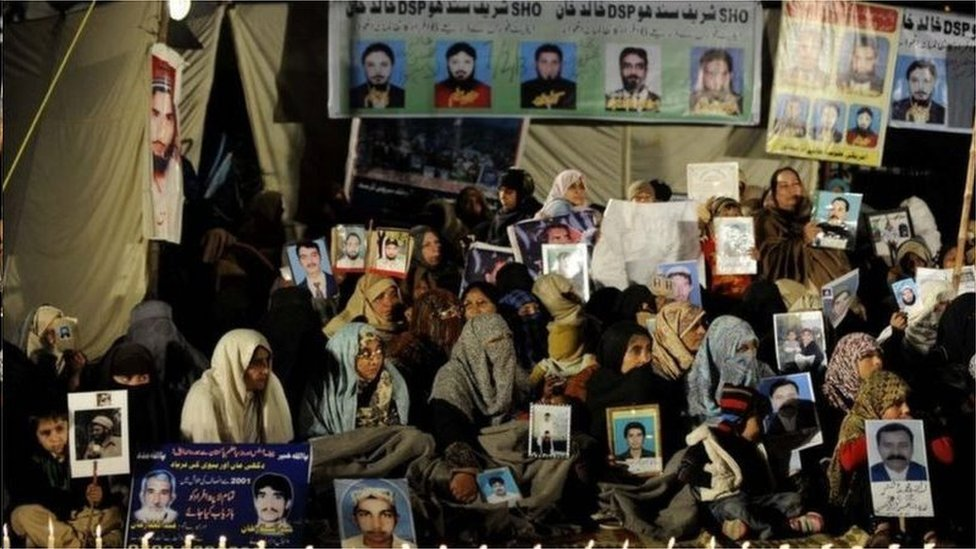 لاپتہ افراد کے خاندان والے اپنے پیاروں کے بازیابی کے لیے احتجاج کرتے رہے ہیں (فائل فوٹو)