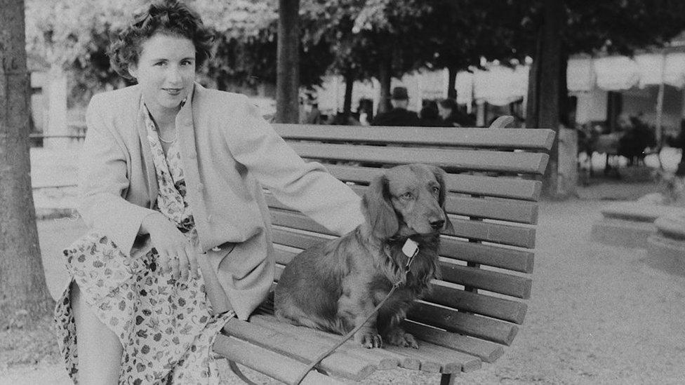 خاتون اپنے کتے کے ساتھ