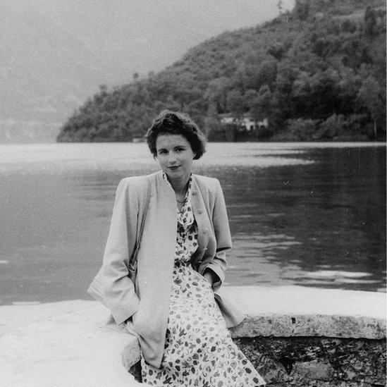 جھیل کے کنارے ایک خاتون