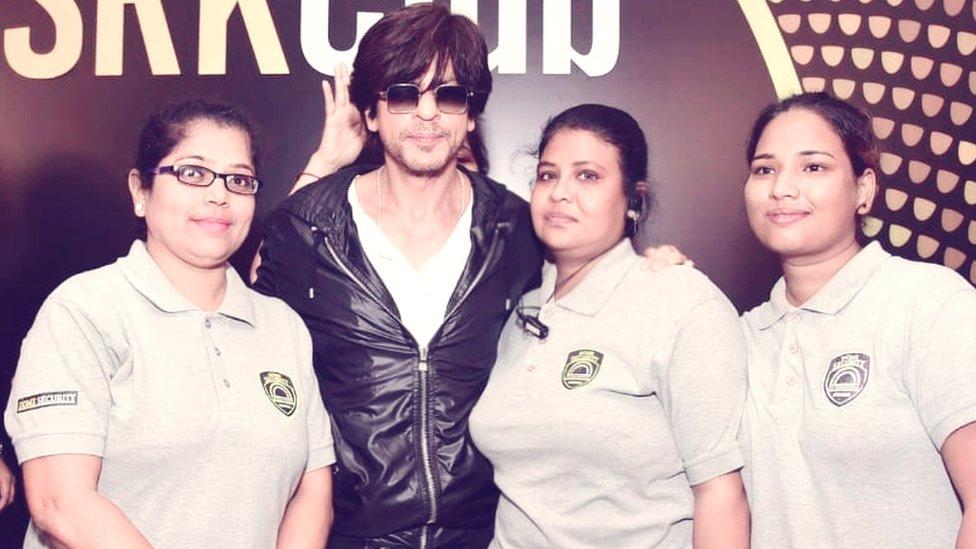 خواتین باڈی گارڈز شاہ رخ خان کے ساتھ