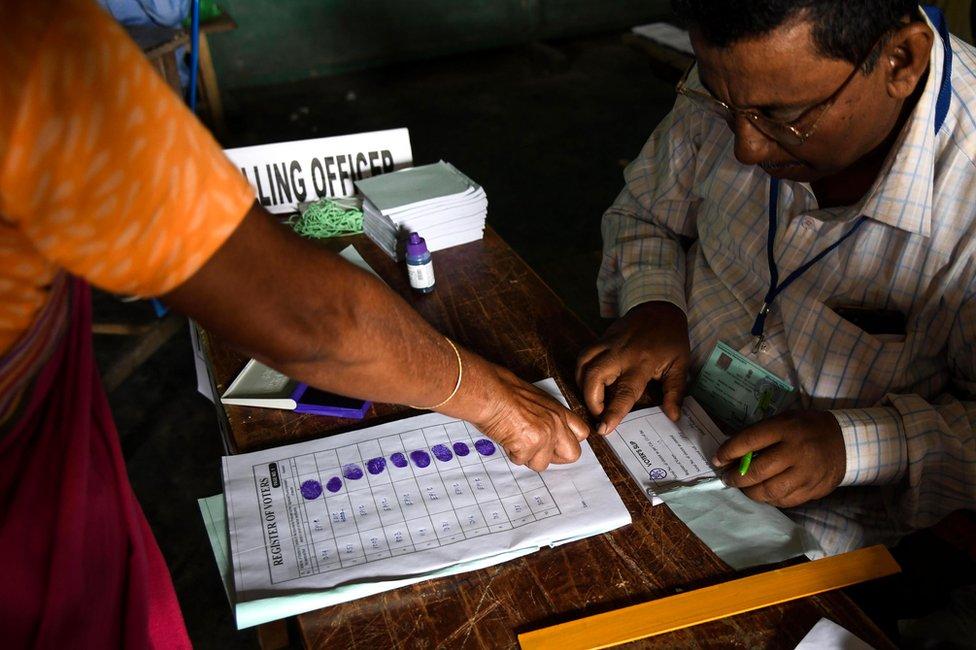 भारत समेत दुनिया के कुछ देशों में वोटिंग से पहले मतदाता की अंगुली के निशान लिए जाते हैं
