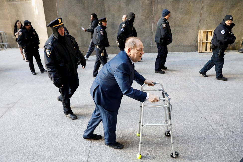 9 جنوری 2020 کو ہاروے وائینسٹین نیو یارک کی ایک عدالت میں جاتے ہوئے۔