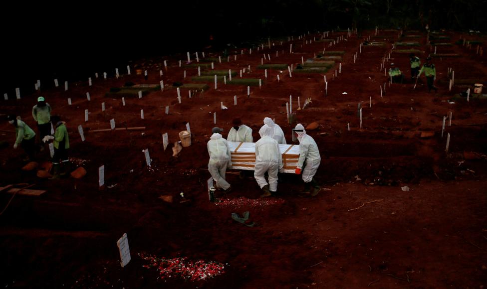 22 اپریل 2020 کو کورونا وائرس سے ہلاک ہونے والے ایک شخص کا تابوت قبرستان میں لایا جا رہا ہے۔