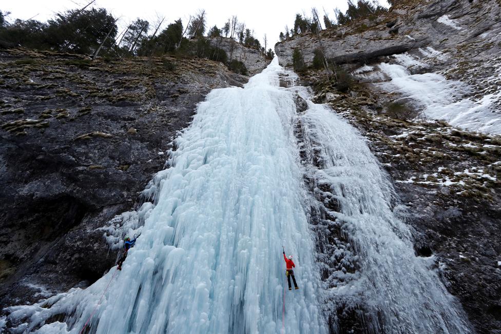 اٹلی کے الپائن ریسکیو سروس کے اراکین فروری میں اٹلی کے علاقے مالگا چپیالا کی ایک جمی ہوئی آبشار کے اوپر چڑھتے ہوئے۔