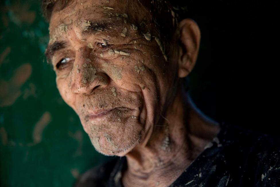 13 نومبر کو فلپائن کے شہر سان میٹیو ویمکو نامی طوفان کے بعد ہونے والی تباہی سے متاثر ایک شخص اپنا گھر صاف کرنے کے بعد سانس لے رہا ہے۔