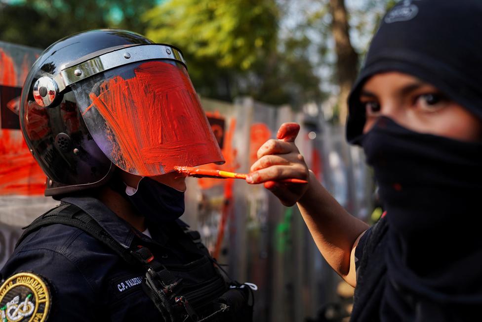 میکسیکو میں خواتین کے خلاف ہونے والے تشدد کے خلاف مظاہرے کیے گئے۔