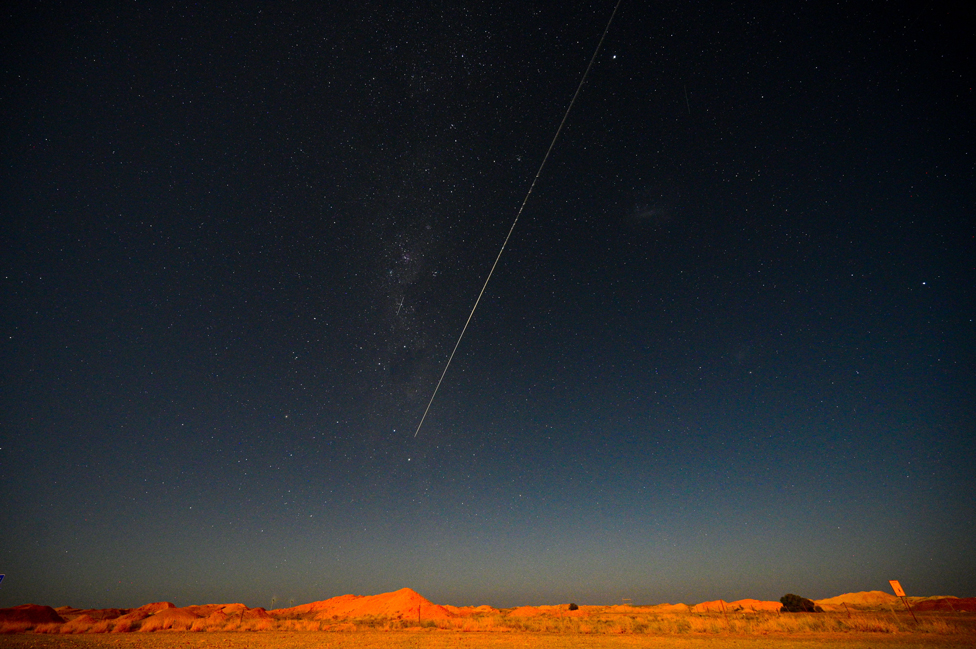 جاپان کے ہیابوسا۔2 خلائی مشن سے زمین پر بھیجا جانا والا کیپسیول جنوبی آسٹریلیا کے علاقے وومیرا کے قریب گرنے سے پہلے آسمان پر نیچے آتے ہوئے۔