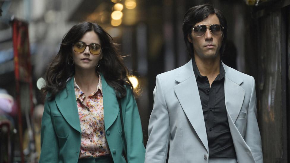 بی بی سی کی سیریز میں اداکار طاہر رحیم چارلس سوبھراج اور جینا کولمین ان کی گرل فرینڈ کے کرادار ادا کر رہے ہیں