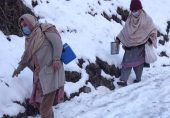 پاکستان کے زیِر انتظام کشمیر میں برف میں ہاتھوں سے راستہ بناتی خواتین پولیو ورکرز: 'برف باری ہو یا گولہ باری، کوشش ہوتی ہے کوئی بچہ قطروں سے محروم نہ رہ جائے'