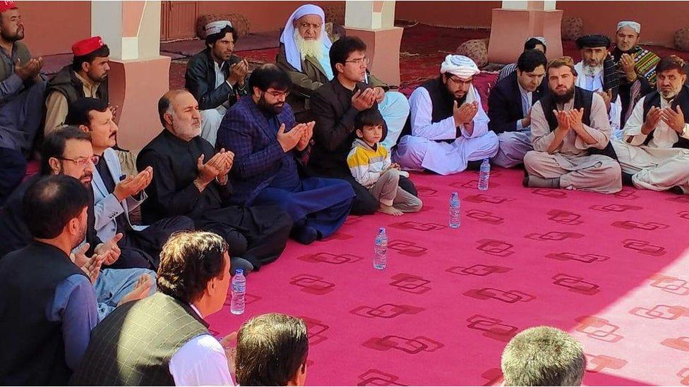 اسد خان اچکزئی کے گھر تعزیت کے لیے آئے لوگ