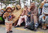 کوئٹہ میں اساتذہ کا مظاہرہ: گود میں بچے اٹھائے احتجاج کرتی خواتین، جن کا سردی اور لاٹھی چارج بھی کچھ نہیں بگاڑ سکے