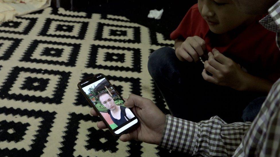 مجتبیٰ قلندری فون پر اپنے دوست علی جویا کی تصویر دیکھ رہے ہیں